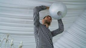 Sirva las linternas de papel grises rosadas blancas coloridas colgantes al techo Imágenes de archivo libres de regalías