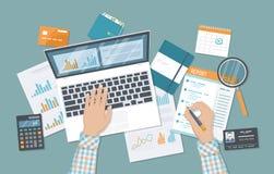 Sirva las manos con los documentos divulgan, lupa, calculadora Auditoría financiera, contabilidad, analytics libre illustration