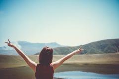 Sirva las manos de la subida hasta concepto de la libertad del cielo con el fondo del cielo azul y de la playa del verano fotos de archivo