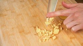 Sirva las manos del ` s que cortan los tomates frescos en la cocina, preparando una comida para el almuerzo Visión de arriba haci imagen de archivo