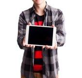 Sirva las manos que llevan a cabo el foco selectivo de la tableta blanca aislado Fotografía de archivo