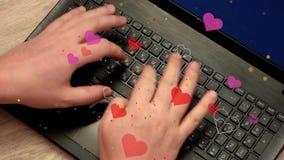 Sirva las manos que mecanografían en el ordenador portátil, porción de símbolos del corazón vuelan a la cámara metrajes