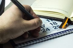 Sirva las marcas al día importante en el calendario fotos de archivo libres de regalías
