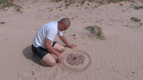 Sirva las marcas de las formas en la playa en la arena metrajes