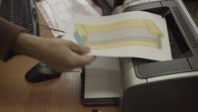 Sirva las tomas drawning el sofá de la impresora y salga de una tabla de la oficina almacen de metraje de vídeo