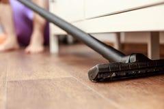 Sirva limpiar el piso con la aspiradora el suelo de la casa imagen de archivo libre de regalías