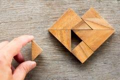 Sirva llevó a cabo el pedazo de rompecabezas del rompecabezas chino para satisfacer la forma del corazón Fotografía de archivo libre de regalías