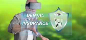 Sirva llevar auriculares virtuales de la realidad que tocan un concepto del seguro dental en una pantalla táctil Fotos de archivo
