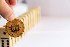 Sirva llevar a cabo el bitcoin y la destrucción de la fila de dominós Imagen de archivo libre de regalías
