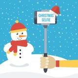 Sirva llevar a cabo el monopod del selfie con smartphone delante de la Navidad Imagen de archivo