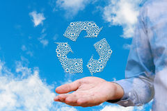 Sirva llevar a cabo iconos reciclados en el fondo del cielo de la naturaleza, ambiente Fotos de archivo