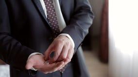 Sirva llevar a cabo los anillos de un oro en su mano metrajes