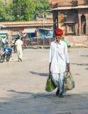 Sirva llevar sus compras en el mercado de Sadar en Jodhpur, la India Foto de archivo