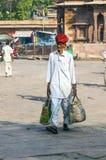 Sirva llevar sus compras en el mercado de Sadar en Jodhpur, la India Imagenes de archivo