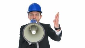 Sirva llevar un casco de protección que habla en un megáfono almacen de video