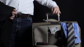 Sirva llevarse una maleta del viaje con el dinero y la ropa almacen de video