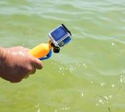 Sirva los controles de la mano del ` s una cámara de la acción Foto de archivo libre de regalías