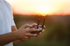 Sirva los controles un control remoto del abejón en sus manos Primer del quadrocopter RC durante vuelo El piloto toma las fotos a fotografía de archivo libre de regalías
