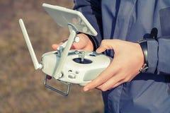 Sirva los controles un control remoto del abejón en sus manos Primer del quadrocopter RC durante vuelo El piloto toma las fotos a Imagenes de archivo