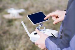 Sirva los controles un control remoto del abejón en sus manos Primer del quadrocopter RC durante vuelo El piloto toma las fotos a Foto de archivo libre de regalías