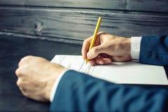 Sirva los documentos de las muestras del abogado o del funcionario con una pluma Fotografía de archivo libre de regalías