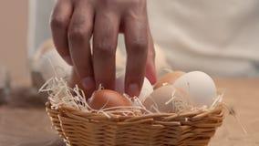 Sirva los huevos de las tomas de la cesta y póngalos a los baxoes metrajes