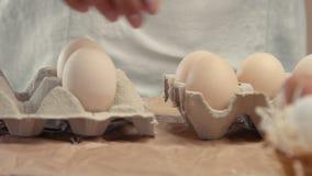 Sirva los huevos de las tomas de la cesta y póngalos a los baxoes almacen de video