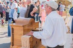 Sirva los juegos el órgano de barril en la calle fotografía de archivo
