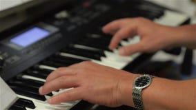 Sirva los juegos en el sintetizador, primer de las manos, partido, disco almacen de video
