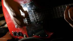 Sirva los juegos en la guitarra eléctrica roja en casa, los trenes aprende jugar almacen de video