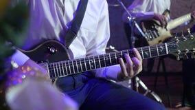 Sirva los juegos la guitarra eléctrica en orquesta del jazz almacen de video