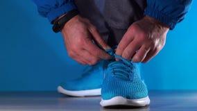 Sirva los zapatos del deporte del cordón en el gimnasio, concepto del ejercicio del deporte almacen de metraje de vídeo
