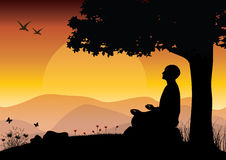 Sirva meditar en la posición de la yoga que se sienta respecto al top de las montañas sobre las nubes en la puesta del sol Zen, m Fotografía de archivo libre de regalías