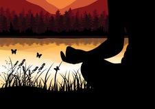 Sirva meditar en la posición de la yoga que se sienta respecto al top de las montañas sobre las nubes en la puesta del sol Zen, m Foto de archivo