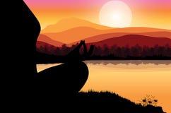 Sirva meditar en la posición de la yoga que se sienta respecto al top de las montañas sobre las nubes en la puesta del sol Zen, m Foto de archivo libre de regalías