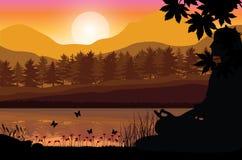 Sirva meditar en la posición de la yoga que se sienta respecto al top de las montañas sobre las nubes en la puesta del sol Zen, m Fotos de archivo libres de regalías
