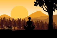 Sirva meditar en la posición de la yoga que se sienta respecto al top de las montañas sobre las nubes en la puesta del sol Zen, m Fotografía de archivo