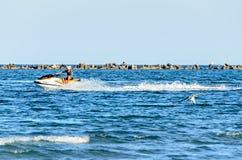 Sirva montar un esquí del jet sobre el agua azul del Mar Negro, barco de plátano Imagenes de archivo