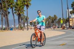 Sirva montar una bici de la playa cerca de la playa de Venecia en Los Ángeles Fotografía de archivo libre de regalías