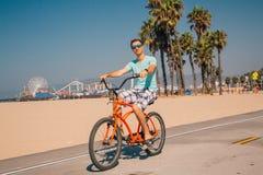 Sirva montar una bici de la playa cerca de la playa de Venecia en Los Ángeles Fotos de archivo libres de regalías