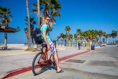 Sirva montar una bici de la playa cerca de la playa de Venecia en Los Ángeles Imagen de archivo