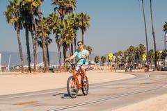 Sirva montar una bici de la playa cerca de la playa de Venecia en Los Ángeles Fotografía de archivo