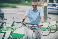 Sirva montar una bicicleta de la ciudad en estilo formal Imagen de archivo libre de regalías