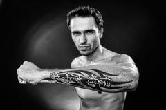 Sirva mostrar la mano con el tatoo hecho en estudio Foto de archivo libre de regalías
