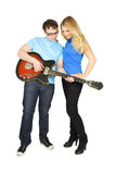 Sirva mostrar a la muchacha cómo tocar la guitarra Imagen de archivo libre de regalías