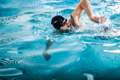 sirva nadar el arrastre delantero en una piscina Fotografía de archivo