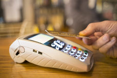 Sirva pagar con tecnología de NFC en la tarjeta de crédito, restaurante, tienda Imágenes de archivo libres de regalías