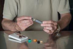 Sirva poner el dispensador de la nicotina de JUUL así como las vainas del sabor fotografía de archivo libre de regalías