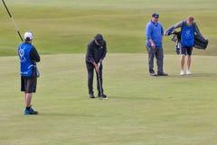 Sirva poner una bola en el campo de golf famoso StAndrews, Escocia Imágenes de archivo libres de regalías