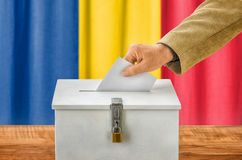 Sirva poner una votación en una caja de votación - Rumania Imagenes de archivo